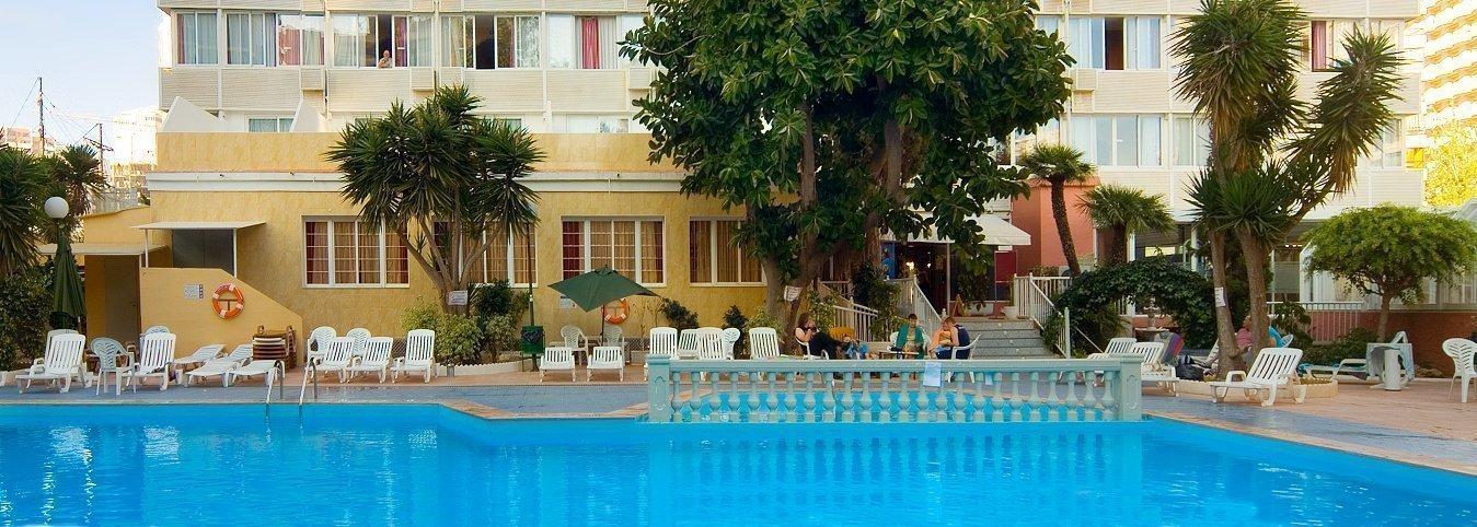 Fachada y piscina - Отель Magic Villa Benidorm